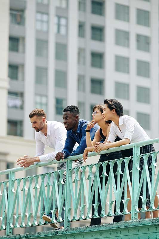 Foto de um grupo de pessoas observando a paisagem urbana