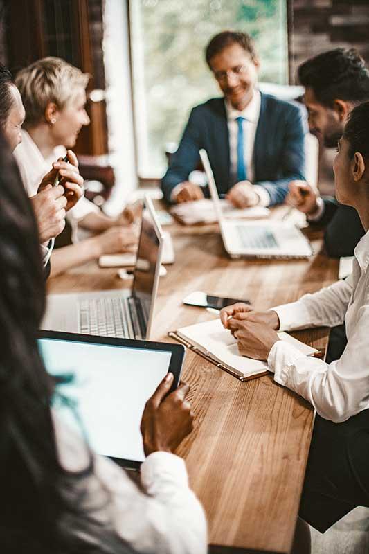 Foto de um grupo de pessoas em uma reunião