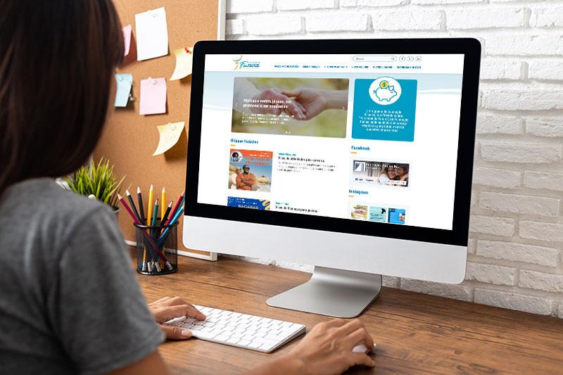 Foto de uma mulher sentada em uma mesa usando um computador